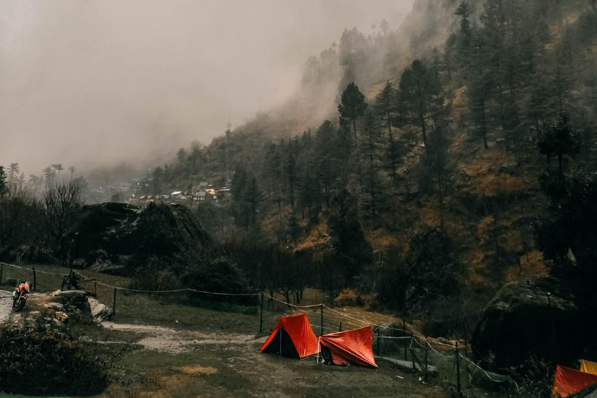 tende campeggio nuvole pioggia